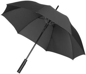 Automatischer offener Regenschirm am Fluss